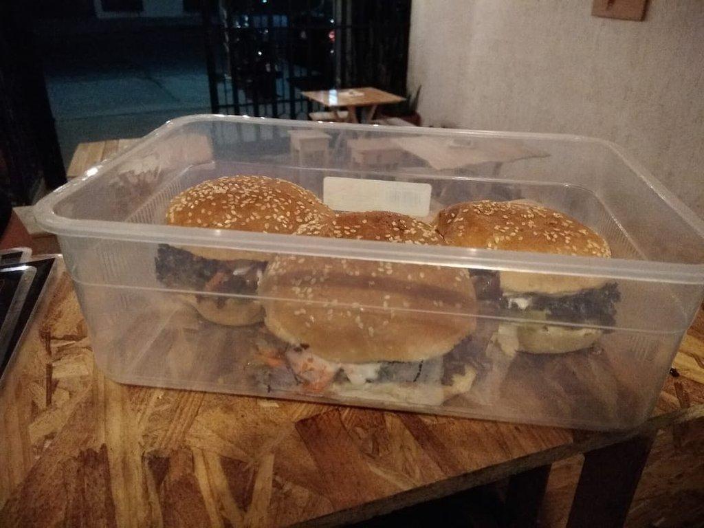 Nuestros clientes saben que pueden traer sus tuppers o contenedores para que se lleven a la casa o al trabajo su deliciosa hamburguesa o sus alitas.