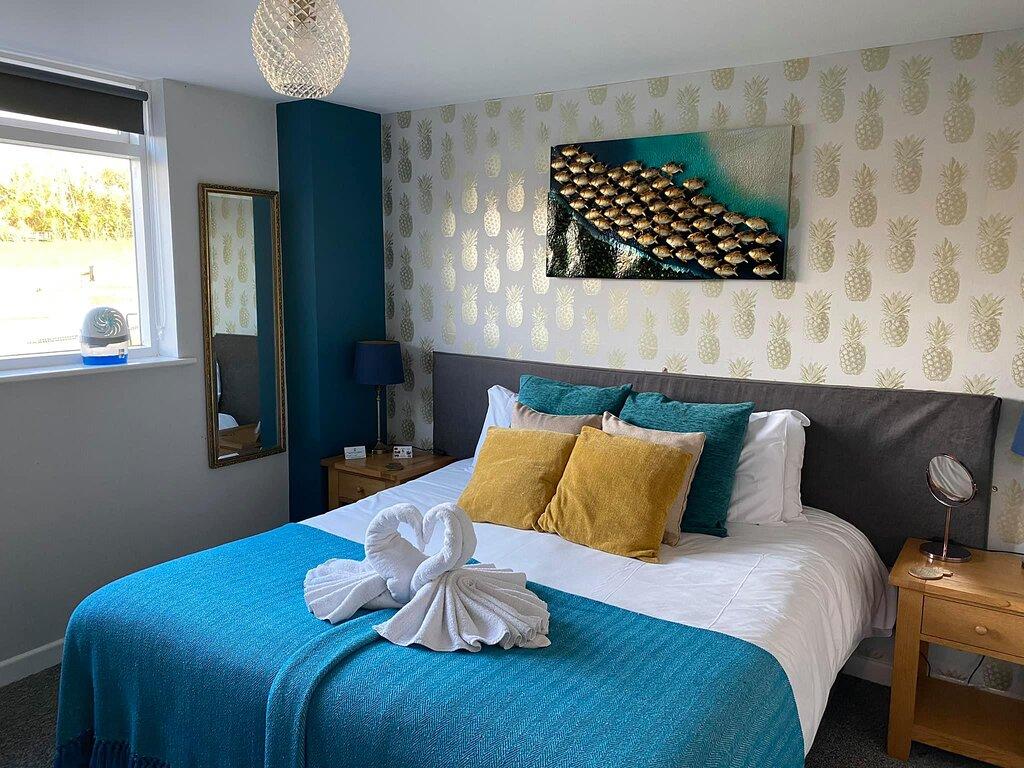 Ground floor twin/double en-suite room with river view