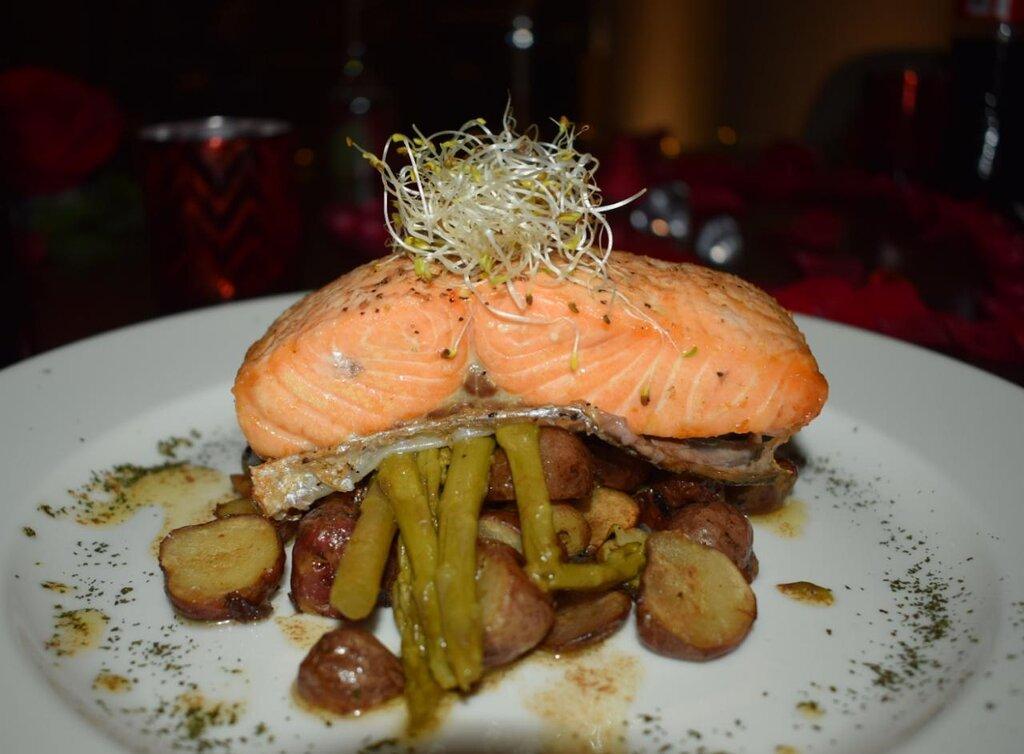 salmón a la mantequilla negra exquisita comida
