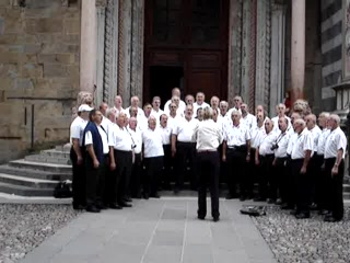 Bergamo, Italië: Swiss men's choir singing at church by t