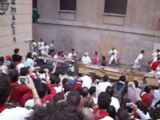 Pamplona, Spanien: WARNING - Bulls running in street