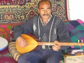 Nevsehir, Tyrkiet: 43a - 'Turkish house' host, playing saz (1:22,5MB)