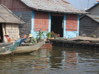Battambang, Cambodja: Floating houses on the river