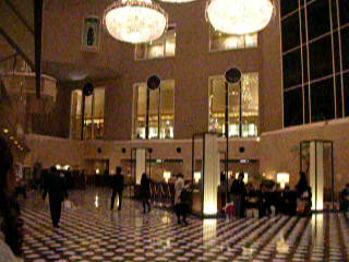 Nishishinjuku, ญี่ปุ่น: Admiring the hotel lobby