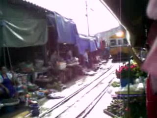 Bangkok, Tailandia: RAilway market - Here comes the train