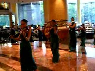 Makati Shangri-La Manila: Makati Shangri-la violin players