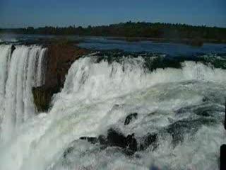 Puerto Iguazú, Argentina: Fallendes Wasser