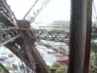 Eiffeltårnet: holding on tight as the lift goes back down at the eiffel tower