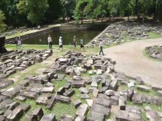 เสียมราฐ, กัมพูชา: Andrew talks about the temple reconstruction