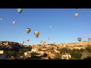 Goreme Inn Hotel: Time-lapse of hot air balloons outside my room window!