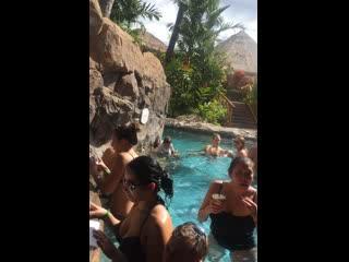 Grand Wailea - A Waldorf Astoria Resort: Grotto Bar on a (football) Sunday