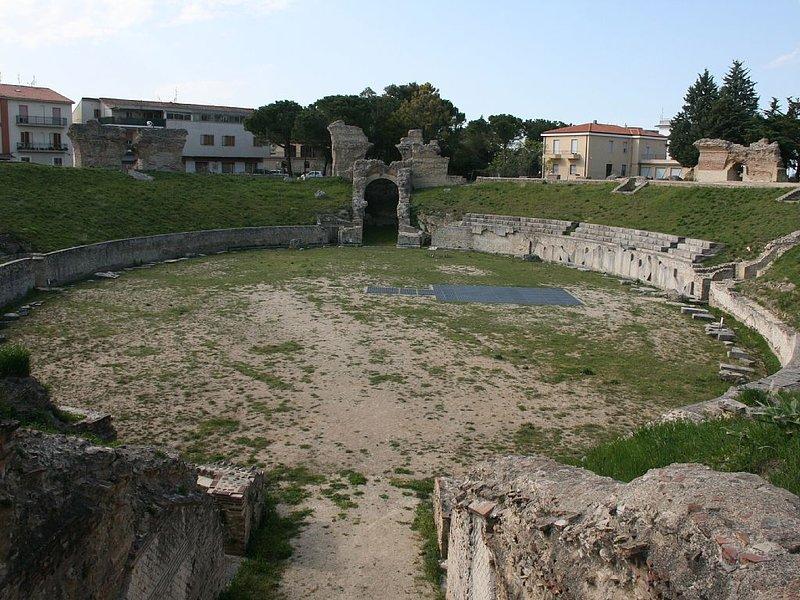 L'ancien stade romain Larino, il a tenu 10 000 pour les batailles de gladiateurs.