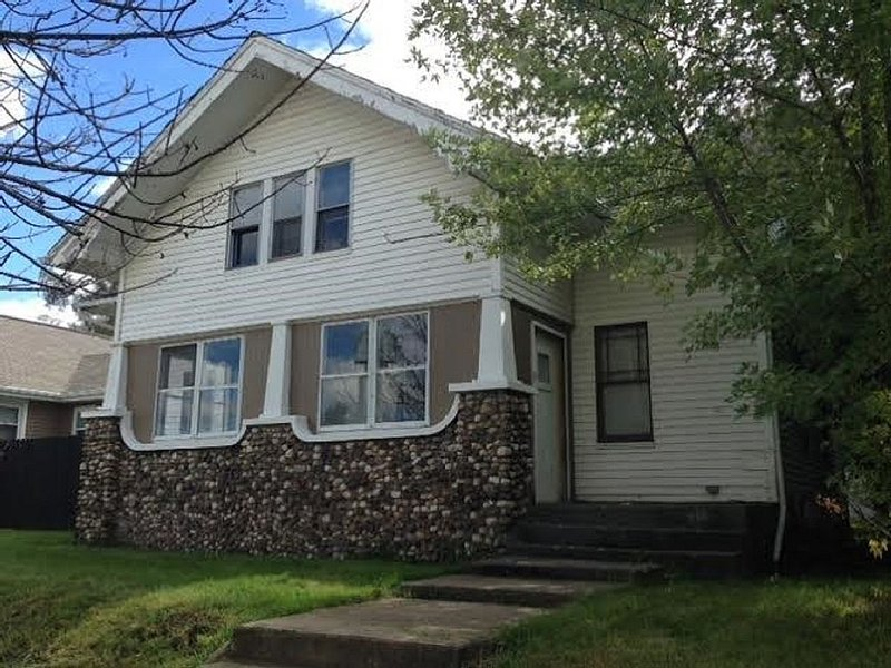 HUGE 5 BR 2 bath home for big groups or groups who love space! Short walk to ND!, vacation rental in Saint Marys  Saint Joseph County