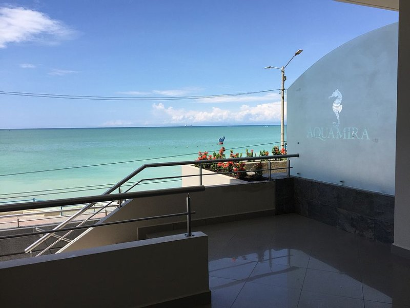 New Oceanfront Condo With 180 Degree Unobstructed View, casa vacanza a Salinas
