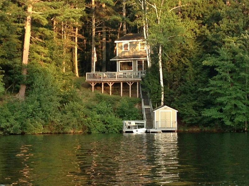 Charming and Comfortable Lake House, holiday rental in Rochester