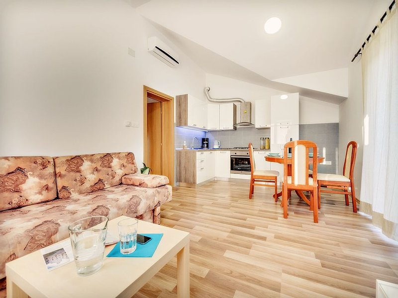 Fluctus apartments - pet-friendly apartments with a view on the forrest and sea, vacation rental in Brodarica
