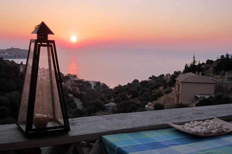 Villa Erifili with magnificent view  just 300m from beach, holiday rental in Oxilithos