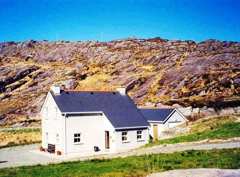 Cottage with sea views in Glengarriff, West Cork, Ireland, casa vacanza a County Cork