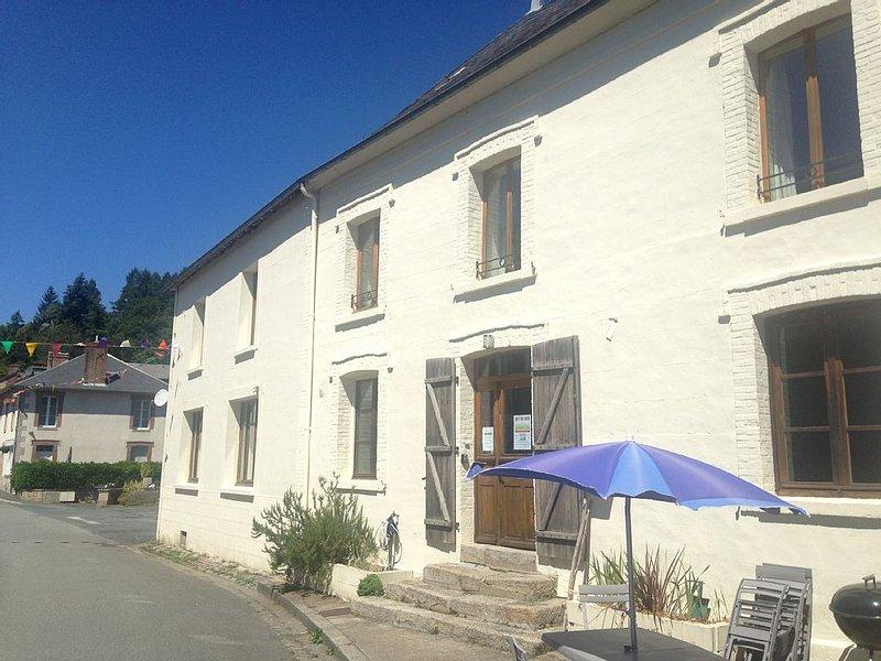 Lovingly restored bright house with 300m2 living space is ideal for a family, location de vacances à Saint-Leger-la-Montagne