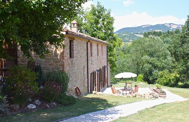 Beautiful Self-Catering Farmhouse Apartments Near Amandola Le Marche With Pool, holiday rental in Smerillo