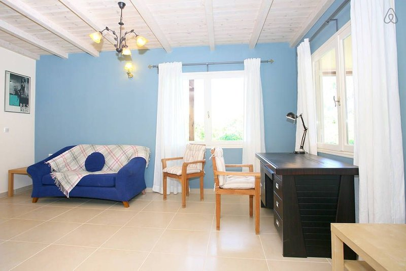 Tranquil 3-bed seaside cottage, holiday rental in Kato Daratso