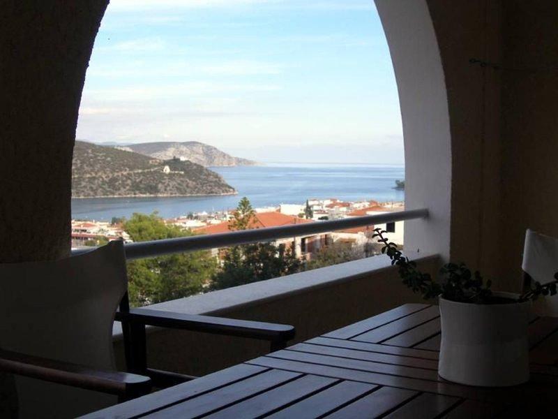 TreeHouse: Superior holiday home with sea view, private balcony and garden, aluguéis de temporada em Ermioni