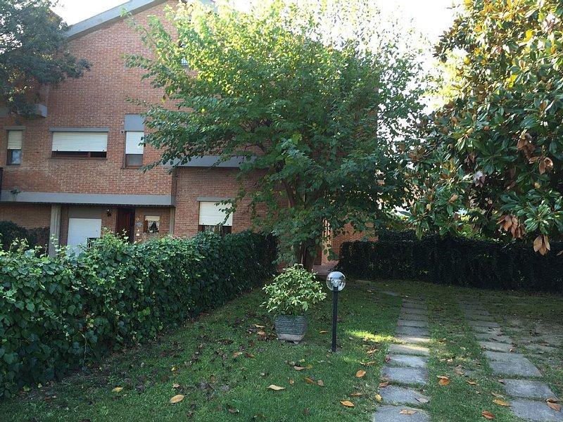 Appartamento con giardino in villa a 100 metri dal mare, casa vacanza a Fiorino