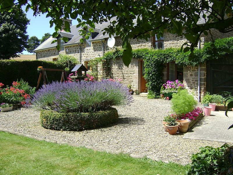 Lovingly Converted Granite Cider Barn In Peaceful Countryside Location – semesterbostad i Saint-Hilaire-du-Harcouet
