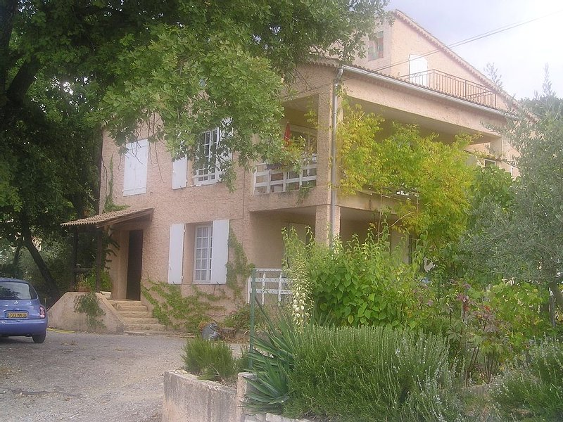 VILLA AU CALME DANS PETIT VILLAGE EN PROVENCE, holiday rental in Malijai