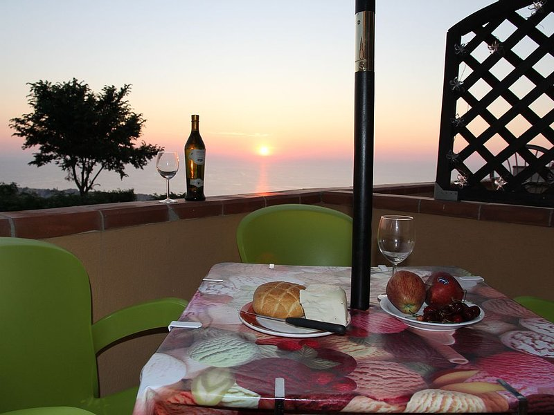 AL-FRESCO Dining on the Balcony