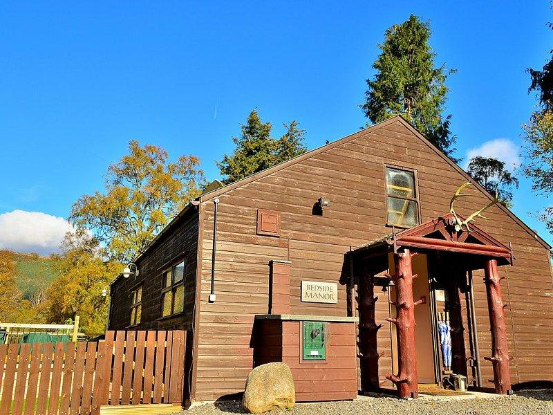 Scottish cabin-style cottage with large garden in Braemar village, holiday rental in Braemar