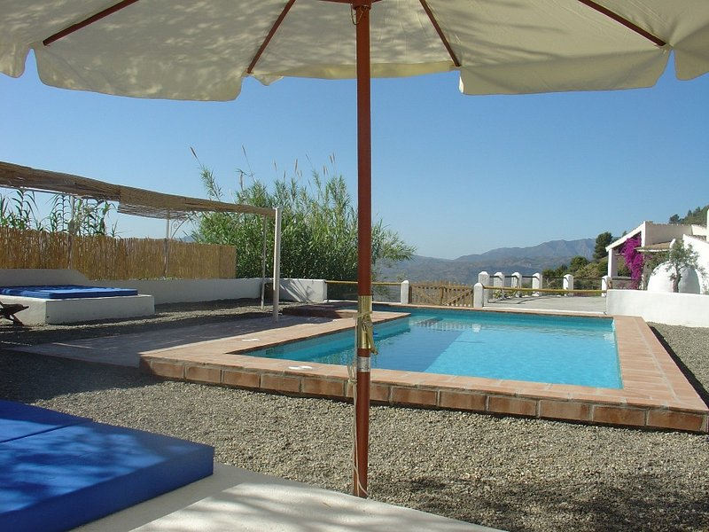 Original Mediterranean villa with amazing view and tropical swimming pool., holiday rental in Alozaina