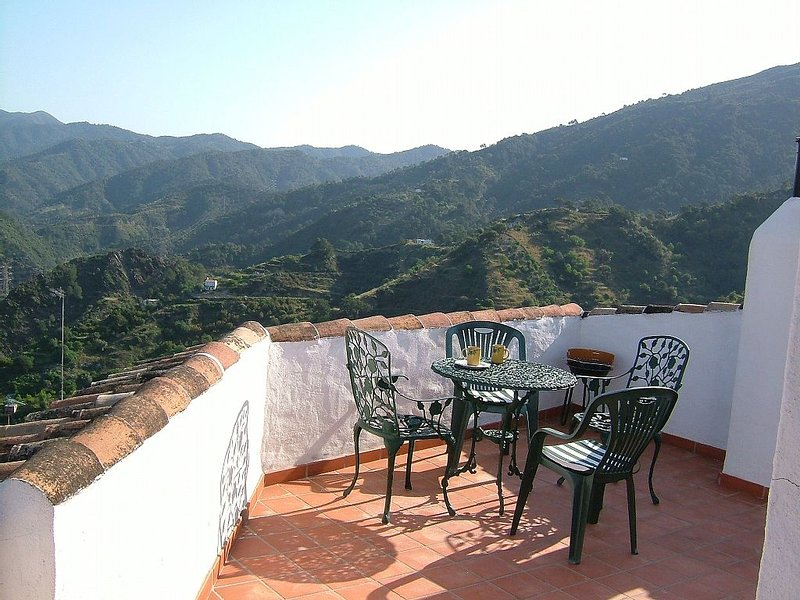 Village House In National Park with views Of Mountains, Lake And Cork Oaks, alquiler de vacaciones en Tolox