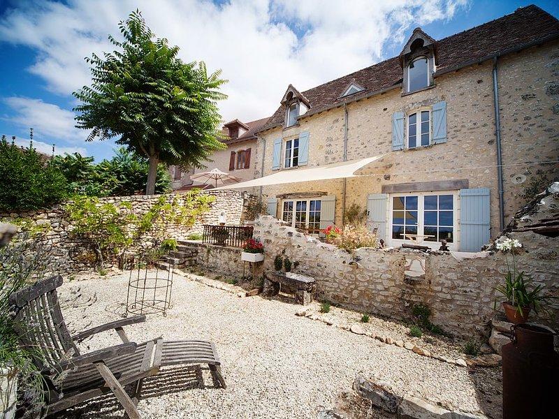 Beautifully renovated village house with stunning views & fantastic location, location de vacances à Vicq-sur-Gartempe