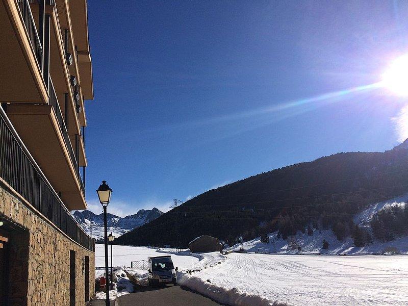 3 pièces 70 M2 standing, calme, en montagne, parking, ski au pied, holiday rental in Soldeu