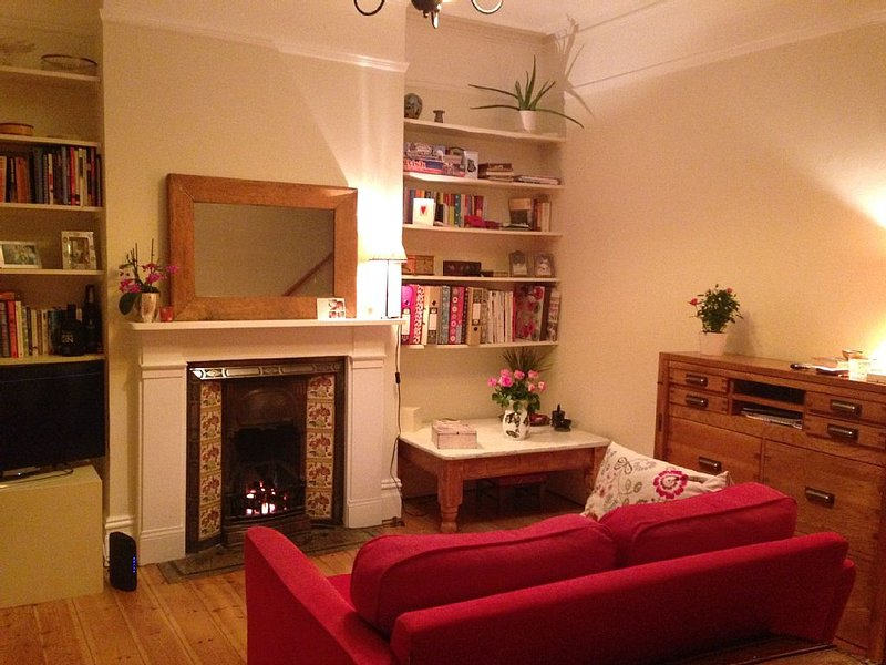 Charming Arts and crafts 2 bed home. Wifi. Garden. Overlooking playing fields., casa vacanza a Greenford