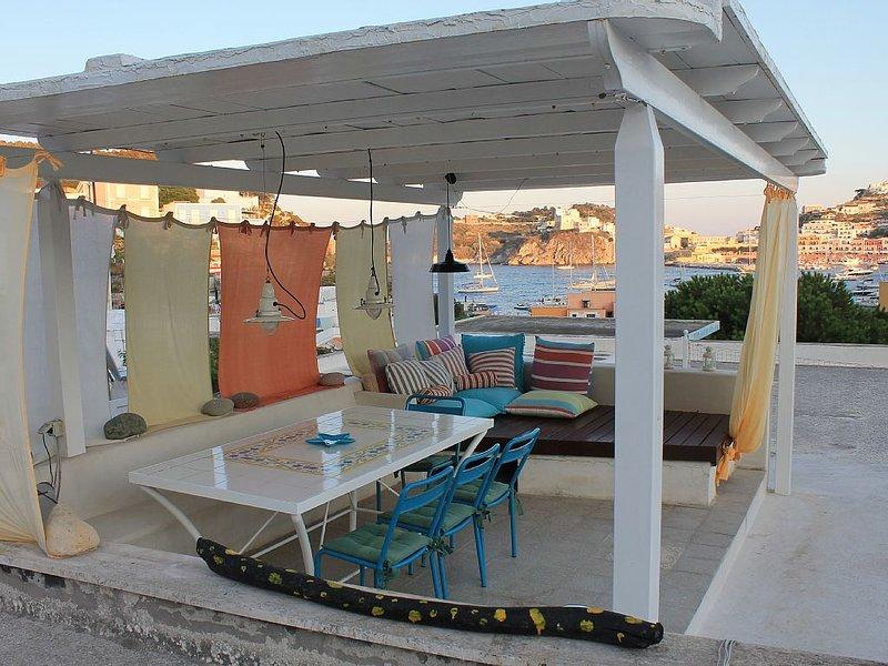 Pamanuva - Villa/Casa Ponzese con vista mozzafiato sul porto., location de vacances à Île de Ponza