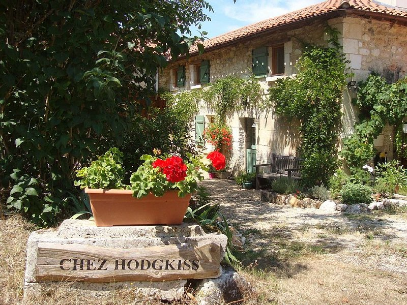 'The Barn', A large  4 person gite with pool, in a quiet and restful location, holiday rental in Coutures
