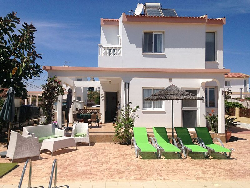 Ayia Thekla attractive 2 bedroom villa with private pool - FREE Wifi, aluguéis de temporada em Avgorou