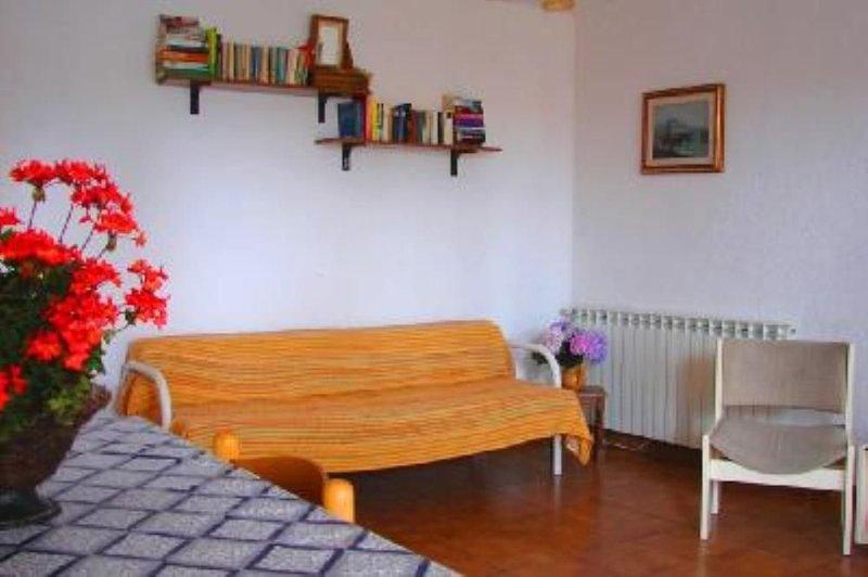 Appartamento con bel terrazzo arredato nel verde in villa Isola d'Ischia, holiday rental in Barano d'Ischia