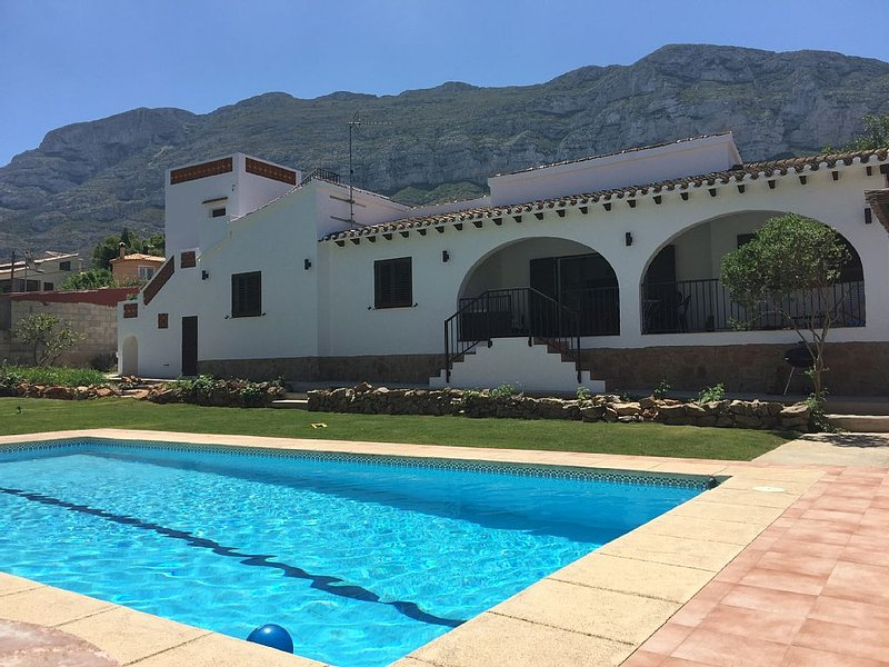 Grande villa avec piscine et jardin à Dénia, vacation rental in Denia