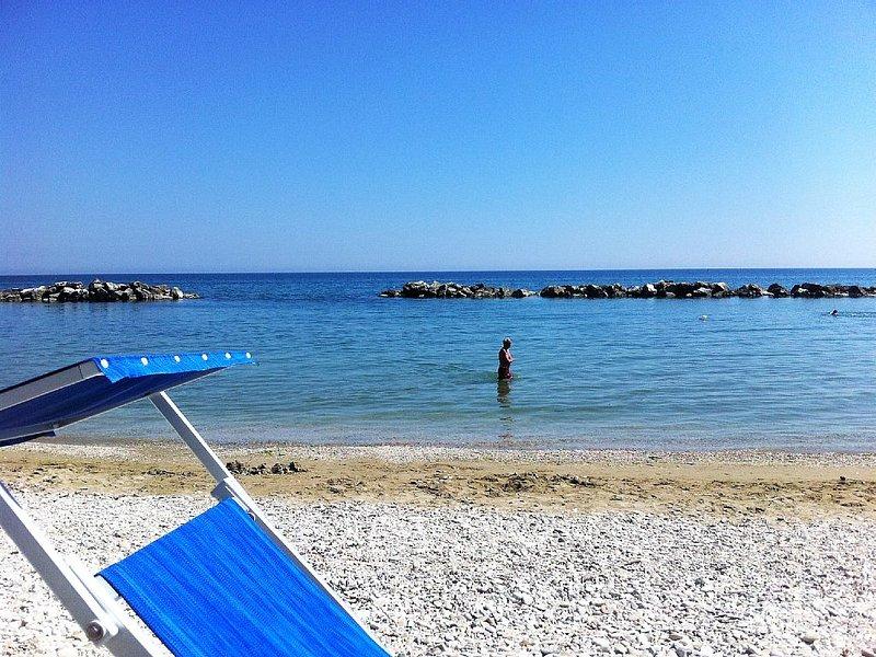 Playa Sasonia (Stoney). Playa de arena muy cercana. Bagna Elsa.