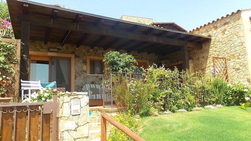 Villino 'LUNA' vista mare con piscina, holiday rental in Setti Ballas