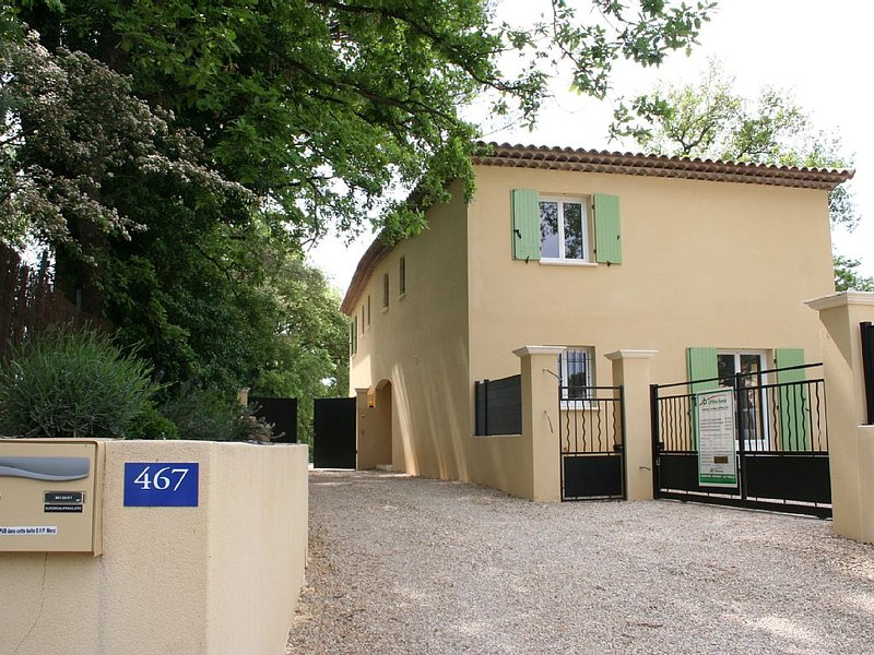 Villa piscine, au calme, à 5 minutes à pied d'un village animé, proche Cannes, holiday rental in Mouans-Sartoux