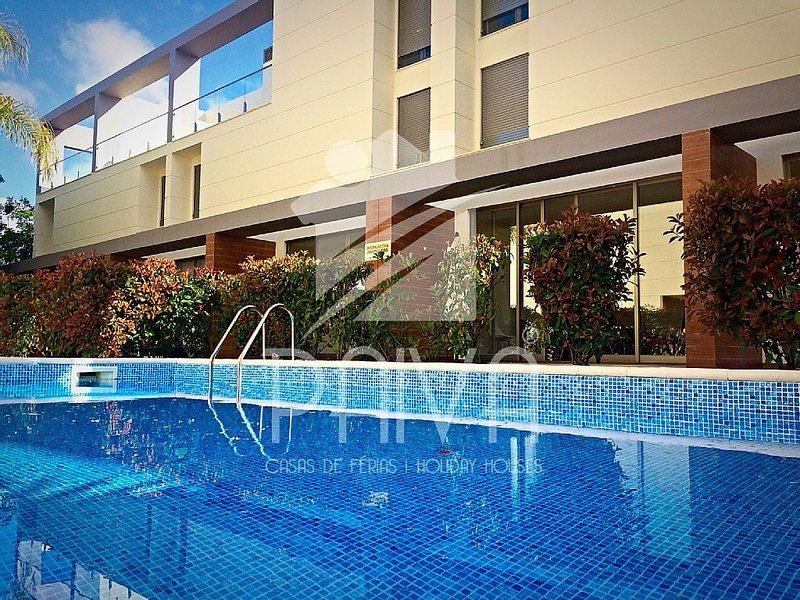 Casa Paiva, Albufeira (Algarve), Villa w/ swimming pool, AC, terrace & 3 suites, holiday rental in Albufeira