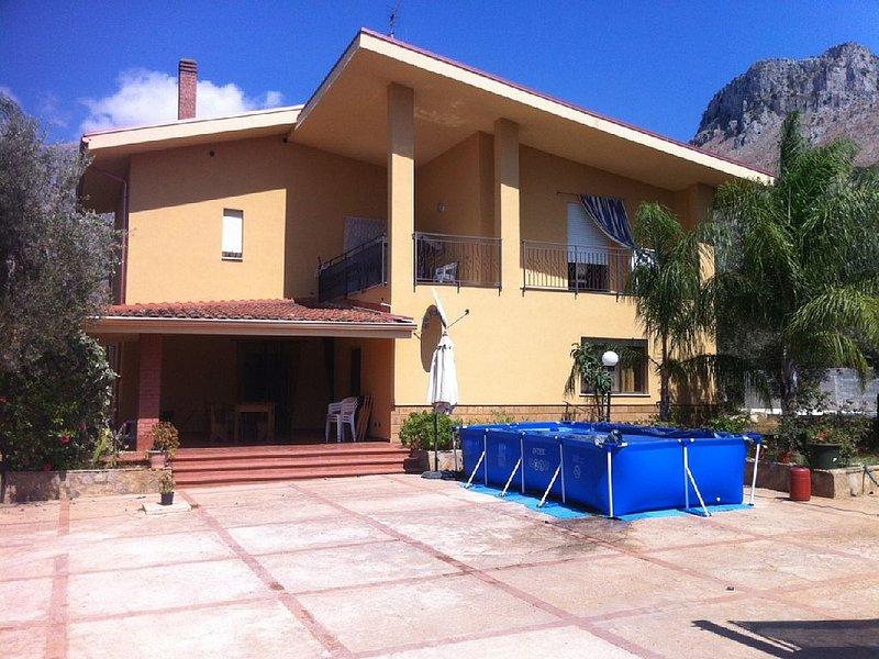 Villa con 5 camere da letto, ampio giardino, a 8 km dall'aeroporto 2 km dal mare, vacation rental in Cinisi