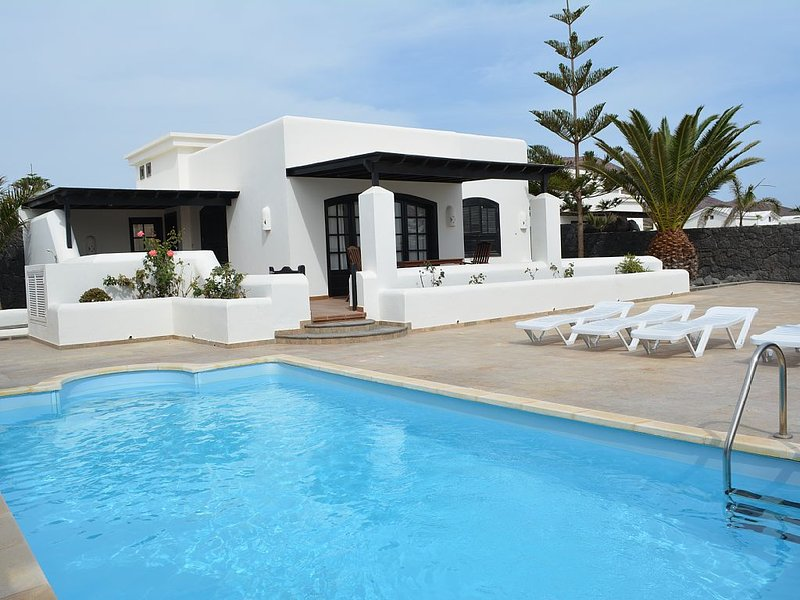 Beautiful Villa With private heated swimming pool on Faro Park With English TV, Ferienwohnung in Yaiza