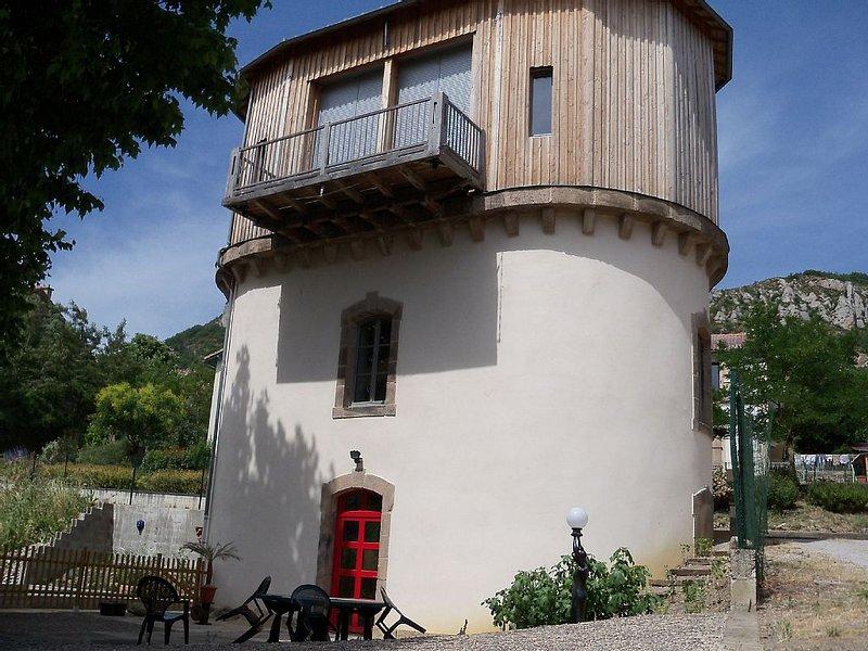 ancien château d'eau de gare reconverti en gîte insolite, holiday rental in Saint-Felix-de-Sorgues