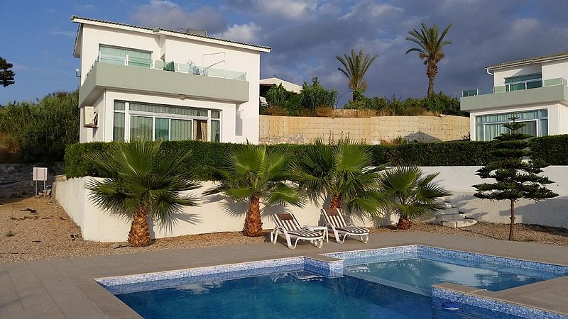 Village Location with Stunning Sea/Pool Views- 3 minutes walk from restaurants, holiday rental in Agios Amvrosios
