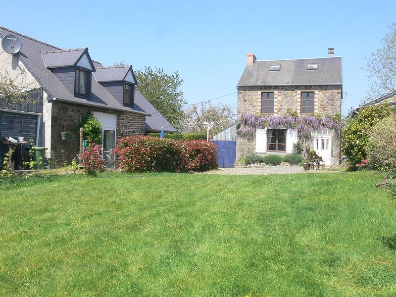 Traditional Normandy FARMHOUSE and COTTAGE with Pool - Sleeping up to 10 – semesterbostad i Saint-Hilaire-du-Harcouet